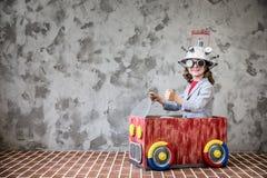 Enfant avec le casque de réalité virtuelle de jouet images libres de droits