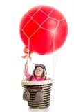 Enfant avec le chapeau pilote sur le ballon à air chaud photos stock