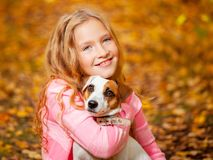 Enfant avec le chien à l'automne Images libres de droits