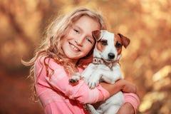 Enfant avec le chien à l'automne Photographie stock libre de droits