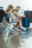 Enfant avec le comprimé à l'aéroport Photographie stock libre de droits