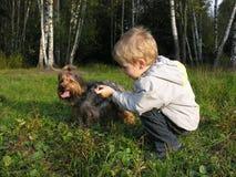 Enfant avec le crabot Photographie stock