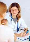 Enfant avec le docteur de visite de mère Photo stock