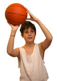 Enfant avec le gilet blanc avec la boule de basket-ball à l'arrière-plan blanc Photographie stock libre de droits