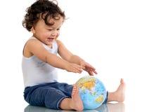 Enfant avec le globe. Photo stock