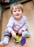 Enfant avec le jouet sur l'étage photographie stock libre de droits