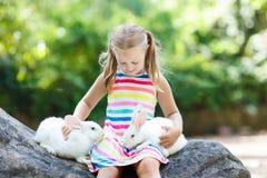 Enfant avec le lapin Lapin oriental Enfants et animaux familiers Image libre de droits