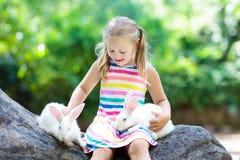 Enfant avec le lapin Lapin oriental Enfants et animaux familiers Photographie stock