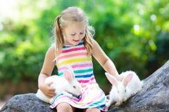 Enfant avec le lapin Lapin oriental Enfants et animaux familiers Images stock