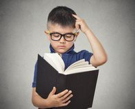 Enfant avec le livre de lecture en verre Photos libres de droits