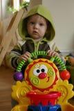 Enfant avec le marcheur photographie stock libre de droits