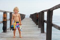 Enfant avec le masque, ailerons allant naviguer au schnorchel en mer tropicale image libre de droits