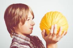 Enfant avec le melon jaune Image stock