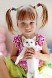 Enfant avec le minou Image libre de droits