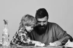 Enfant avec le nettoyage de père ainsi que des éponges Photo libre de droits