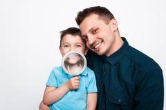 Enfant avec le père tenant la loupe Image stock