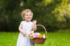 Enfant avec le panier de fleur Enfants au mariage images libres de droits
