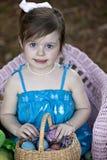 Enfant avec le panier et les oeufs de Pâques Photos libres de droits