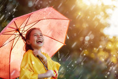 Enfant avec le parapluie rouge Photo libre de droits