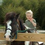 Enfant avec le poney Images libres de droits