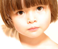 Enfant avec le regard attentif Photographie stock libre de droits