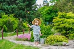 Enfant avec le seau et la tige image libre de droits