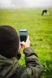 Enfant avec le smartphone prenant la photo Images libres de droits