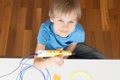 Enfant avec le stylo de l'impression 3D Images libres de droits