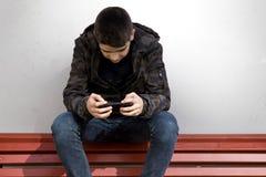 Enfant avec le téléphone Image stock