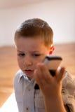 Enfant avec le téléphone portable Images libres de droits
