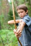 Enfant avec le tir à l'arc fait maison Photo stock