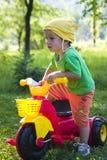 Enfant avec le tricycle Photo stock