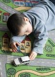 Enfant avec le véhicule de jouet Photos libres de droits