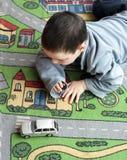 Enfant avec le véhicule de jouet photographie stock