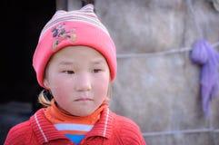 Enfant avec le visage triste au Kirghizistan images libres de droits