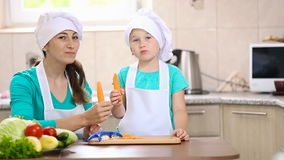 Enfant avec les carottes propres de maman