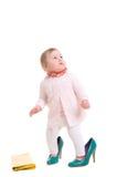 Enfant avec les chaussures adultes et le sac à main recherchant Image stock