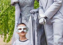 Enfant avec les statues vivantes Photos libres de droits