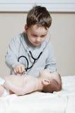 Enfant avec nouveau-né Photo stock