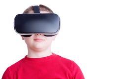 Enfant avec penser à l'avenir de casque de réalité virtuelle photographie stock libre de droits