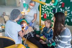Enfant avec sa mère dans le bureau de dentiste Photographie stock libre de droits