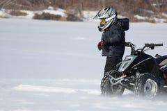 Enfant avec son quadruple en hiver Photo stock