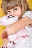 Enfant avec un chat de jouet Photos libres de droits