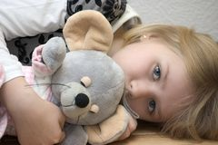 Enfant avec un jouet photos libres de droits