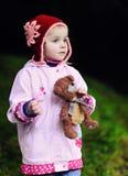 Enfant avec un petit nounours Photo libre de droits