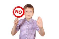 Enfant avec un signe interdisant le tabagisme, le concept de photos stock