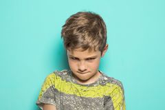 Enfant avec un visage fâché photos libres de droits