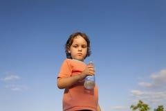 Enfant avec une bouteille de l'eau photo stock
