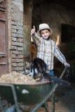 Enfant avec une brouette Photos libres de droits