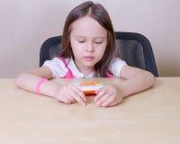 Enfant avec une calculatrice Image libre de droits